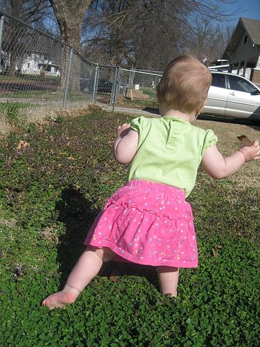 Småbarn på springande fot